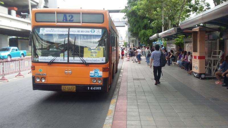 ไฟเขียวงบ 5,898 ล้านบาทหนุนรถเมล์รถไฟฟรีต่อไปอีก ประชาชนทั่วไปยังขึ้นรถเมล์รถไฟฟรีได้ตามปกติ  จนกว่าจะมีบัตรสมาร์ทการ์ดให้สิทธิ์เฉพาะคนจนในวันที่ 1 ต.