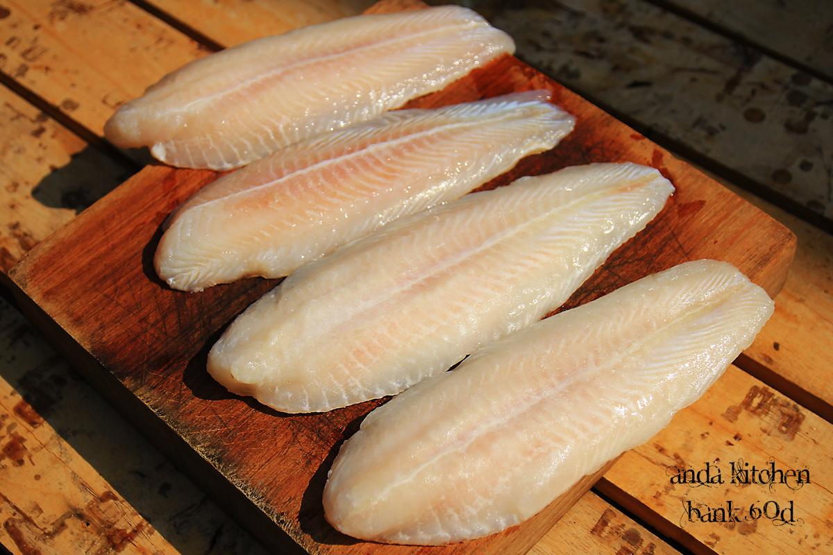 ปลาแพนกาเซียส ดอลลี่  เอามาล้างน้ำและซับน้ำให้แห้งผึ่งและปรุงรสด้วยเกลือพริกไทยหมักทิ้งไว้สักครู่ครับ