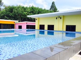 Amazing ถึงที่พักแล้ว มีสระว่ายน้ำ อยู่ตรงกลาง หน้าบ้านที่เราพักเลย (หลังสีเหลือง)