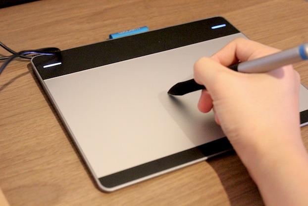 มาถึงการใช้บ้าง เมื่อจะใช้งาน ก็เหมือนกับการขีดเขียนทั่วไปค่ะ เมื่อเอาปากกาจิ้ม  หรือเขียนบน tablet ไฟตรงหัวมุมจะปรากฎเป็นสีฟ้าทางด้านขวาค่ะ