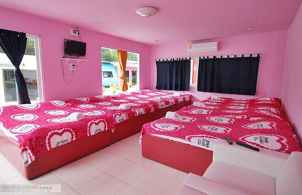 ภายใน บ้านพักรวม จะประกอบไปด้วย เตียงใหญ่ 6   7 เตียง (แล้วแต่ห้องคะ) ทีวี  ตู้เย็น เครื่องทำน้ำอุ่น และตุ๊กตาน่ารักๆ ประจำบ้านเหมือนเดิมค่าา ...