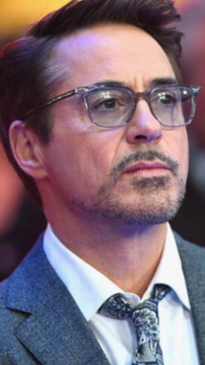 แว่นตารุ่นที่ Robert Downey Jr. ใส่ใน Civil War คือรุ่นอะไรคะ  ใครทราบช่วยบอกหน่อยค่า