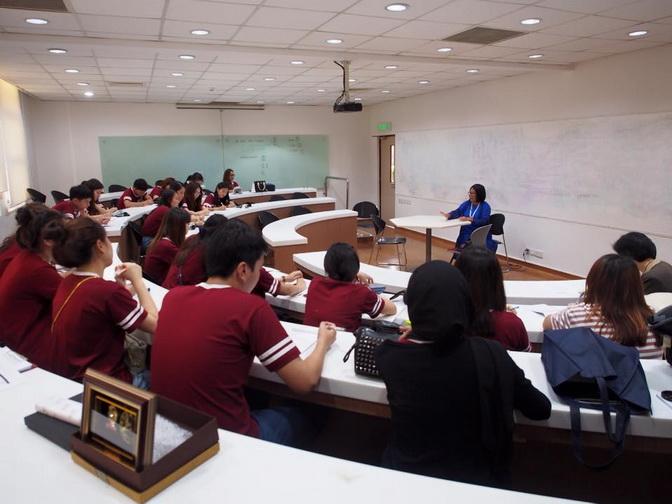 แล้วก็ได้เวลาของ campus tour เพื่อนๆชาวบรูไนพาเราชมตึกต่างๆในคณะของเค้า  เค้าก็พาดูตั้งแต่ห้องเรียน ห้องสมุด โรงอาหาร student center แล้วก็