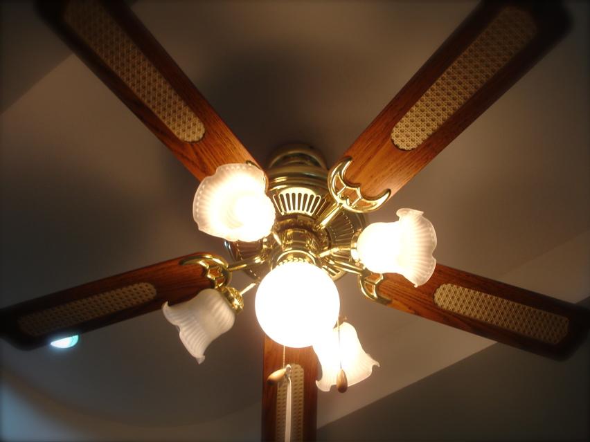 ปรกติพัดลม โคมไฟแบบนี้เขายึดติดกับฝ้าหรือปูน Pantip