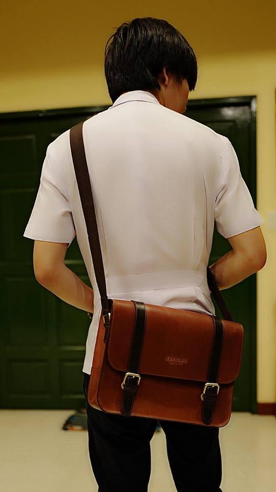 5ef03406e3730 สำหรับข้อเสียของกระเป๋าใบนี้ก็คือ มันไม่สามารถใช้ใส่ไปลุยหนักๆได้ครับ  ยกเว้นว่าเพื่อนๆโอเคกับการที่กระเป๋าหนังเป็นรอย