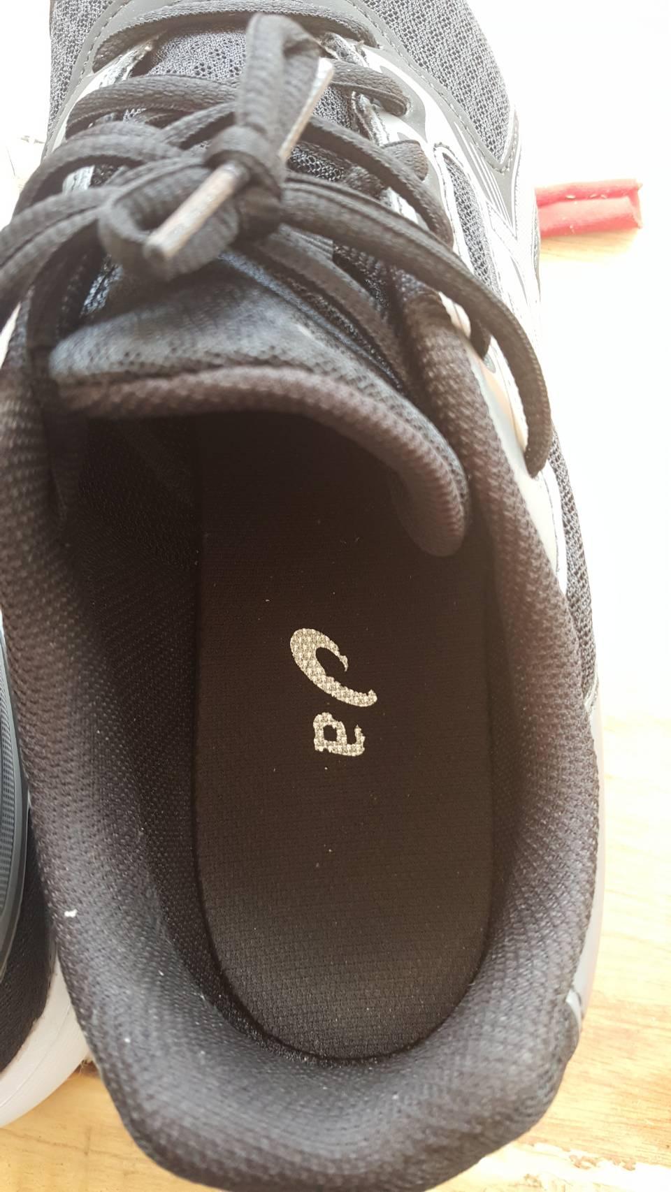3578a821264922 พอดีผมเดินงาน Sports World Thailand ซื้อรองเท้ายีห้อ a มา 2 คู่ ผม กับ แฟน  ของแฟนยังไม่เคยใส่นะครับ ส่วนของผม ใส่ได้แค่ 2 วันเอง  อยู่มันก็ลอกออกมาแบบนี้ ...