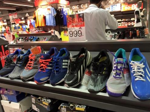 ... ใกล้ๆนี่เอง สินค้าทุกอย่าง อุปกรณ์กีฬาทุกชนิดจะลดราคาทั้งร้านเลย  รวมทั้ง พวกรองเท้ากีฬา ชุดกีฬา ของแบรนด์ Nike Adidas Fila  แล้วก็มีอีกหลายแบรนด์เลย 1720e891b