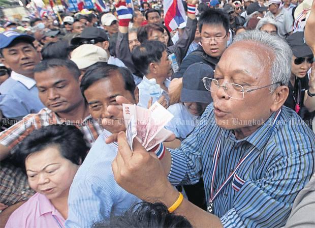 Image result for ลุงกำนัน สุเทพ หัวหน้า กปปส เดินรับเงินบนถนน