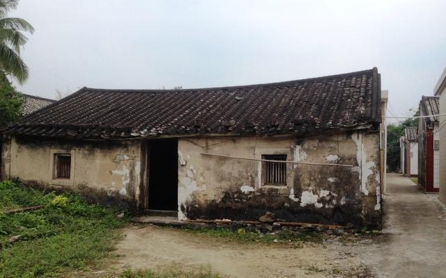 ผมกลับไปเยี่มญาติที่เมืองจีน บ้านคนจีนปลูกเรียงกันเป็นแนวเดียวทั้งหมู่บ้าน  แต่ละบ้านมีประตูหน้าประตูหลังตรงกัน ...