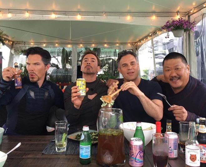 โรเบิร์ต ดาวนีย์ จูเนียร์ ได้โพสภาพกับบรรดาเหล่านักแสดงใน Avenger Infinity  War ที่ตอนนี้กำลังถ่ายทำกันอยู่ (ในภาพ Benedict Cumberbatch, Robert Downey  Jr ...